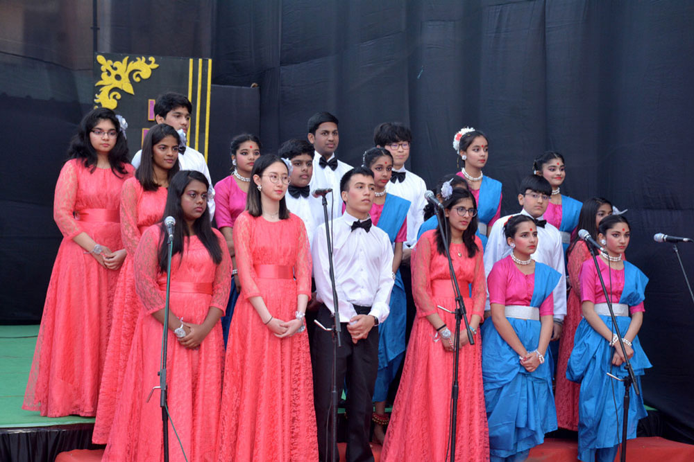 THE MELODIOUS CHOIR PERFORMED LIVE THROUGHOUT THE PLAY