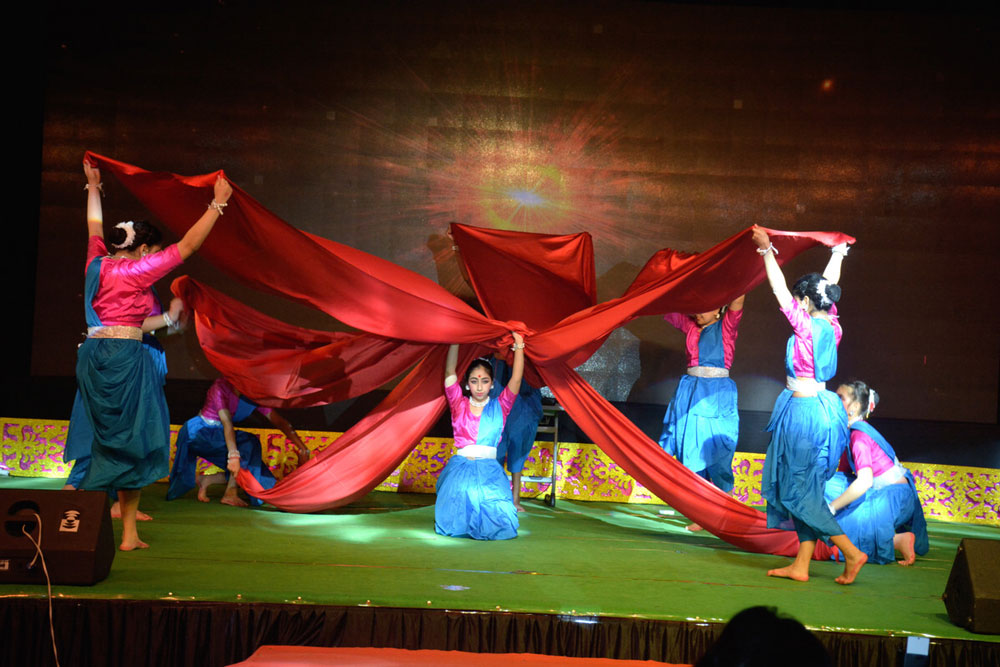 GRACEFUL DANCE MOVEMENTS ENTHRALLING THE AUDIENCE