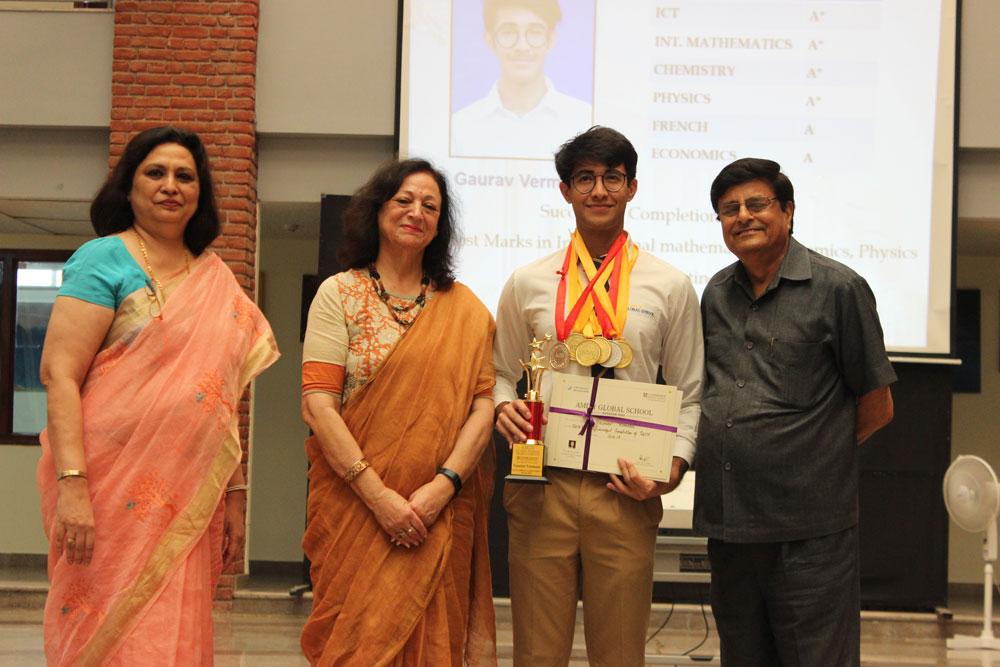 Gaurav Vermani being felicitated by Ms. Mohina Dar and Mr. B. N. Bajpai.